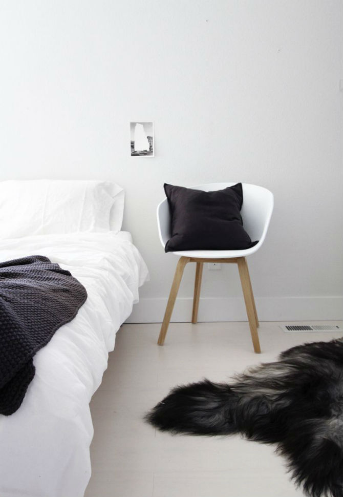 15 Beautiful Modern Bedrooms with a White Chair