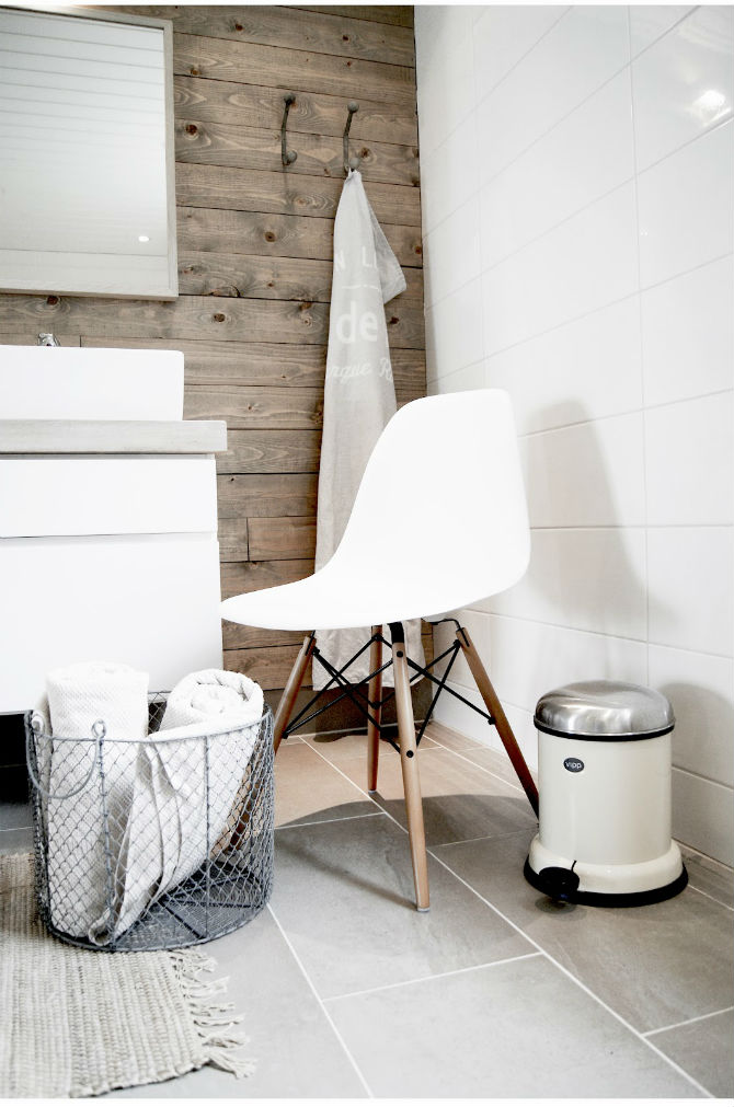 How to decorate a small bathroom with a white chair for Small modern chair