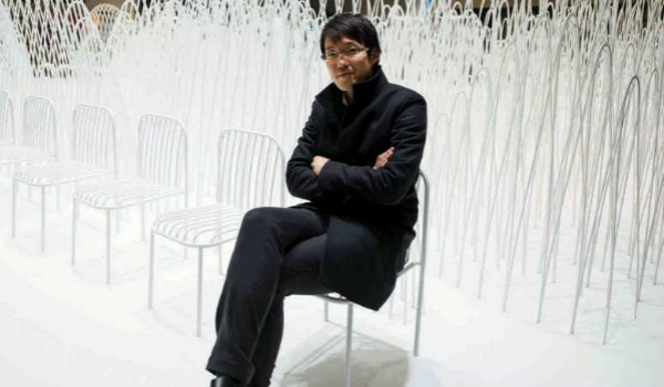 Nendo Studio Creates Optical Illusion with a Black Chair #diningarea #modernchairs #chairdesign dining chairs, dining room chairs, contemporary dining chairs | See more at http://modernchairs.eu/2016/03/16/nendo-studio-creates-optical-illusion-with-black-chair