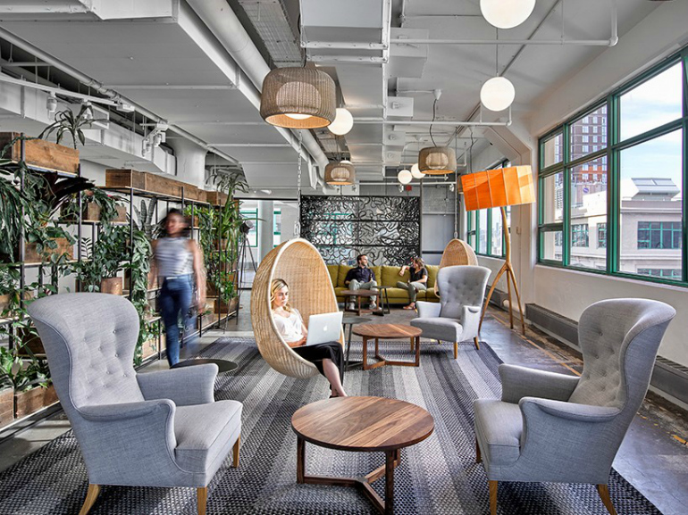 7 Modern Chairs In The World's Most Amazing Offices modern chairs 7 Modern Chairs In The World's Most Amazing Offices 02 sede da etsy em nova york tem ambientes alegres e descontraidos