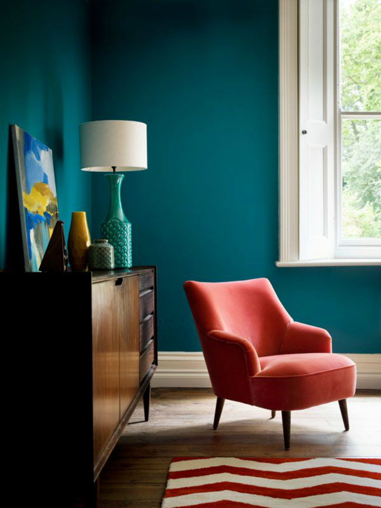 7 Creative Velvet Chairs That Prove Furniture Is Art velvet chairs 7 Creative Velvet Chairs That Prove Furniture Is Art Teal living room with coral pink velvet chair