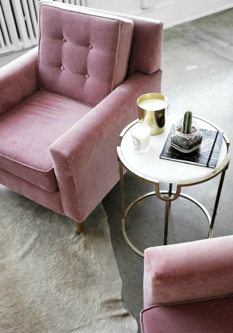 7 Beautiful Square Velvet Armchairs You Will Fall For velvet armchairs 7 Beautiful Square Velvet Armchairs You Will Fall For terciopelo decoracio  n detalle silla y taburete